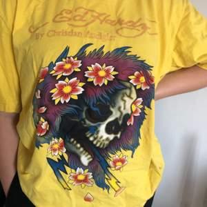 Super fin oversized Ed Hardy t-Shirt i jätte fint skick. Lite skrynklig men tvättas innan! Säljes då den inte kommer till användning Storlek L men passar alla storlekar beroende på hur man vill att den ska sitta. Skriv gärna för fler bilder❣️Bud