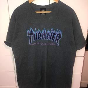 Jag säljer en Trasher t-shirt i storlek XL, jag skulle dock säga att den passar personer i storlek S-XL beroende på hur oversized man vill ha den. Jag köpte den på Shpock för ett tag sen men den har tyvärr bara kommit till användning ett fåtal gånger och personen jag köpte den av hade inte heller använt den särkilt mycket. Priset kan diskuteras vid snabb och smidig affär