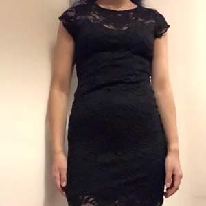 Svart tajt klänning. Skön, inte för tajt. Elegant och snygg. Har aldrig använt. Om du beställer fler kläder från mig behöver du inte betala frakt separat för alla produkter❗️❗️