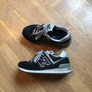 Mörkblå/grå New balance skor i gott skick! De är sparsamt använda och knappt något slitage.