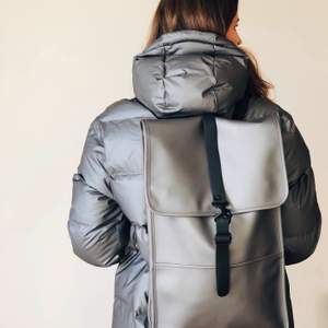 Spacious and stylish - perfect everyday backpack by Rains. Color: grey, size: 30x50x10, fits 15