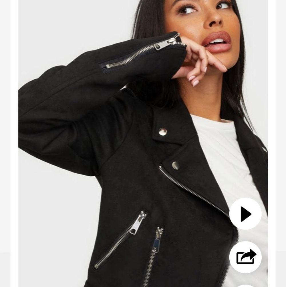 Snygg höst jacka! Säljer för det inte är min stil längre, orginal pris:500, köparen står för frakt! . Jackor.