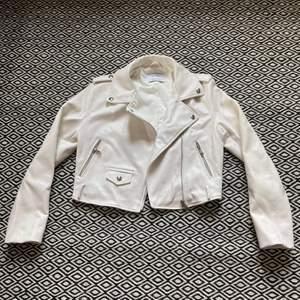 Säljer en vit jacka från Bershka i fejkskinn. Jackan är endast använd 1, 2 gånger så den är i fint skick.              Nypris: 350. Säljer för 150kr. Köparen står för frakt (65 - 85kr)