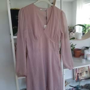 Helt ny puder rosaklänning från NA-KD. Otroligt fin på, figur nära