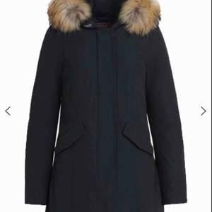 Möts endast upp för denna, då köparen säkert vill testa den innan betalning!  Woolrich, inget slitage. Köpt för 8000kr Mörkblå färg.  Perfekt inför vintern och håller lääänge!