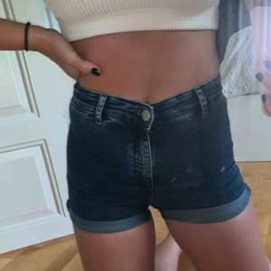 Jättesköna mörkblå shorts från H&M! Använd fåtal gånger! 30:- eller bud Köparen står för frakten! Endast Swish