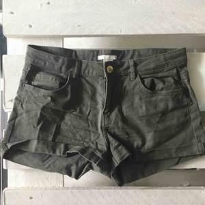 Grön/bruna shorts strlk 36 från H&M.