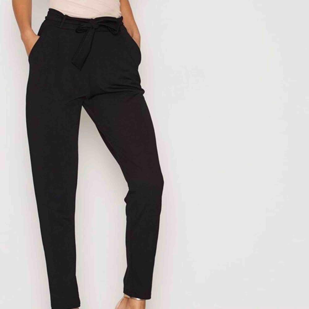 Kostymbyxor med knytning / paperbag byxor. Kärt barn många namn. Ett par klassiska trendiga byxor som jag säljer. Som nya. Så svårt att få bra bild så sista bilden är inte min. Bättre bilder i PM. Jeans & Byxor.