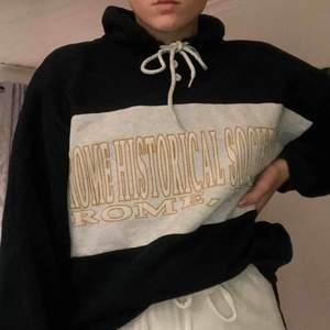 Hoodie från beyond retro!  Syns inte så bra på bilden men den är mörkgrön💚 Bra skick🥰 Köpt för 370kr