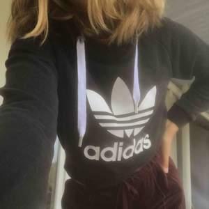 Croppad adidas hoodie. Superfint skick! Strl XS. Möts i slussen eller så tillkommer frakt :)