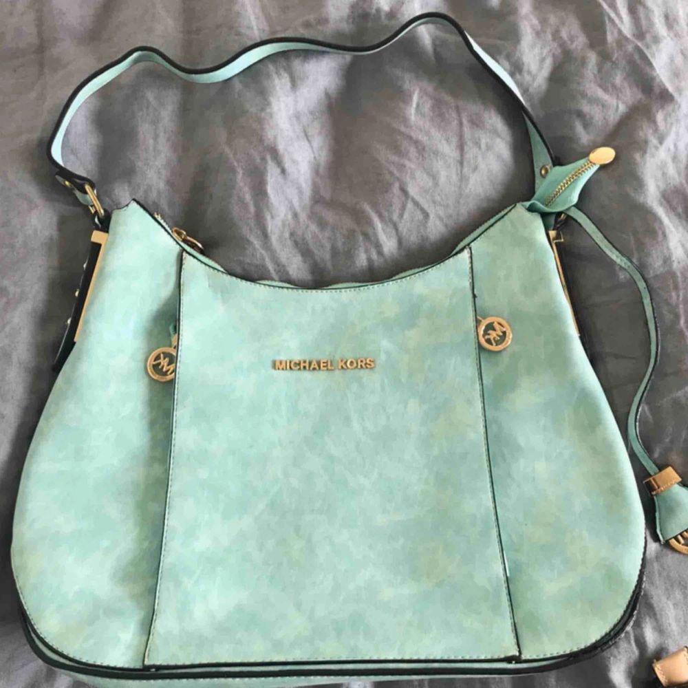 Fake Mk väska köpt här på plick! Var supernöjd när jag fick den men har endast använd 1 gång tyvärr! Köpare står för frakt & kan mötas i stockholm! Skriv pm för fler bilder. VILL BLI AV MED DEN! . Väskor.