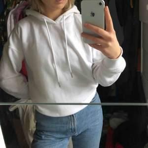 Vit hoodie från Urban Classic, är i bra skick! Nypris 300