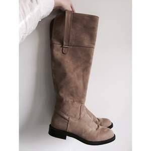 Beiga overknee boots från Zara i storlek 37. Använda 5-6 gånger så i fint skick.