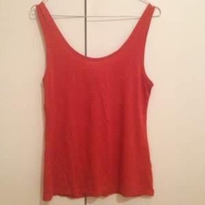 Rött linne med djup urringning i rygg. Aldrig använt! Från weekday