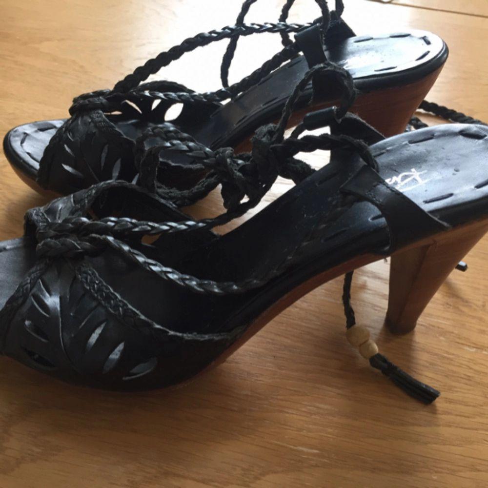 Högklackade skor från Rizzo. Remmar i läder som man knyter runt ankeln. Jättefint skick! . Skor.