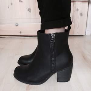 Svarta boots i storlek 36. Väldigt lite använda, endast lite slitna på insida, se bild. Tror det går att göra snyggt med skofix/puts. Lagom hög klack för att ha en hel dag. Dragkedja i silver. Använda med sula för att hålla sig fräscha. Möts i Stockholm/Tullinge vid försäljning