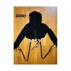 Kort gothic hoodie med kedjor som hänger av varje arm. Passar nästan till allt svart och ger en härlig look till allt. Har haft det på mig en gång men har 3 likadana så tänkte att jag säljer den 😎😎💋