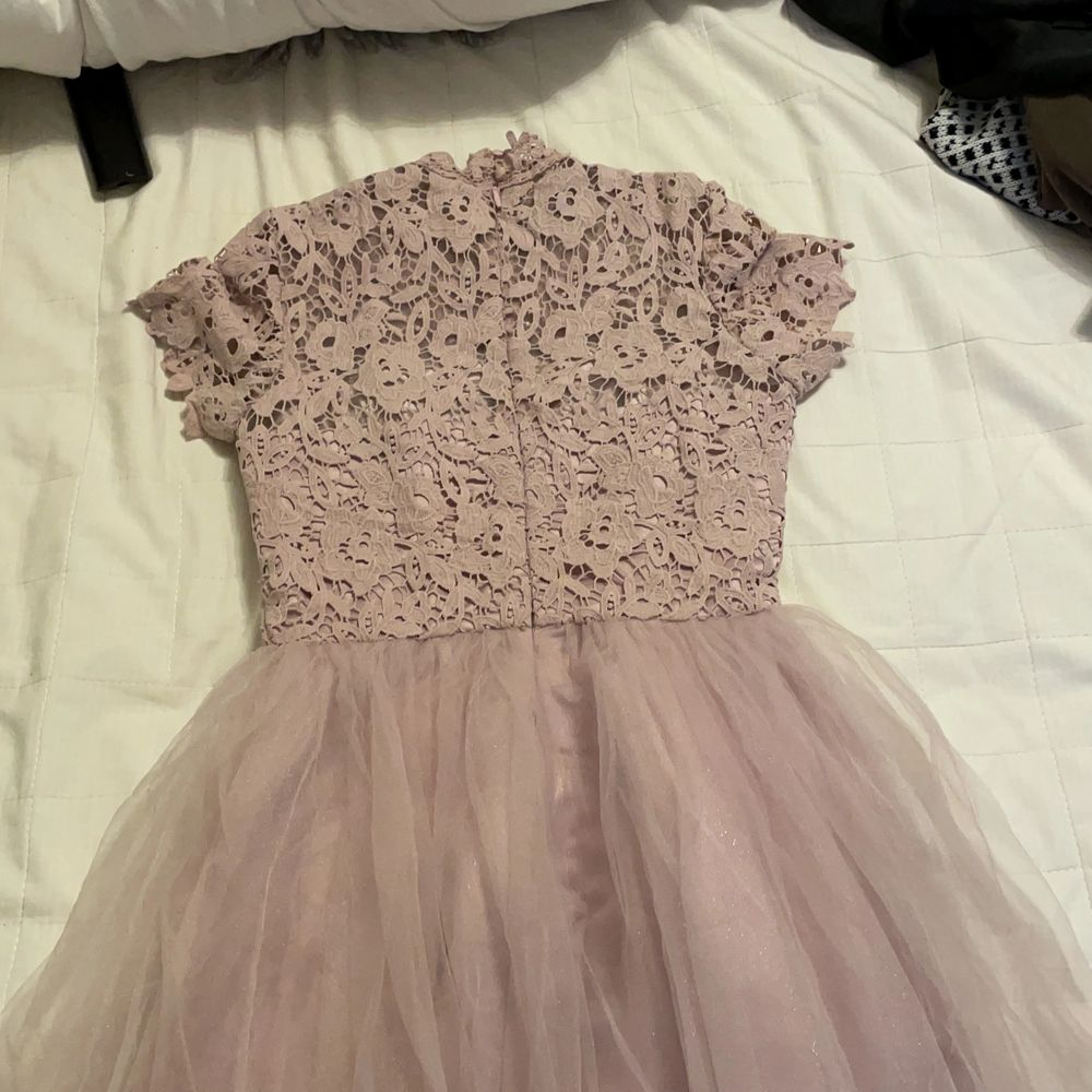 Använd en gång på ett bröllop. Superfin klänning med sets och tyllkjol. Köpte den för 1000kr. Klänningar.