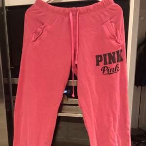 Ett par rosa pink mjukisbyxor i storlek XS men passar även större storlekar. Använt skick.