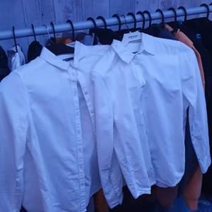 Två skjortor likadana, paketpris 50kr eller kom med bud, storlek 36