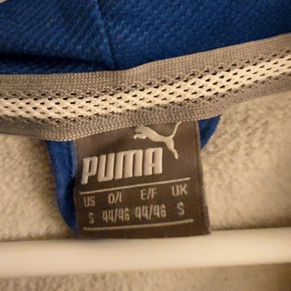 Jag säljer min Puma Hoodie i storlek Small. Plagget är begangnat men i bra skick. 30% polyester. Hämtas upp eller fraktas med posten. Fri frakt. Jag står inte för postens eventuella slarv! Betalning sker via Swish. Hör av dig vid intresse!. Huvtröjor & Träningströjor.