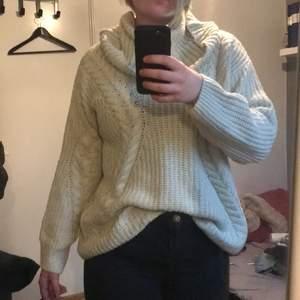 En oversized stickad tröja storlek L. Jag kan inte använda då den sticks på känslig hud.  Kan skickas mot fraktkostnad. Kan även mötas upp på backaplan/nordstan i Göteborg