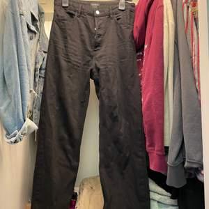 Raka fina jeans från Lindex, sitter jättefint på. Använd kanske 4 gånger.