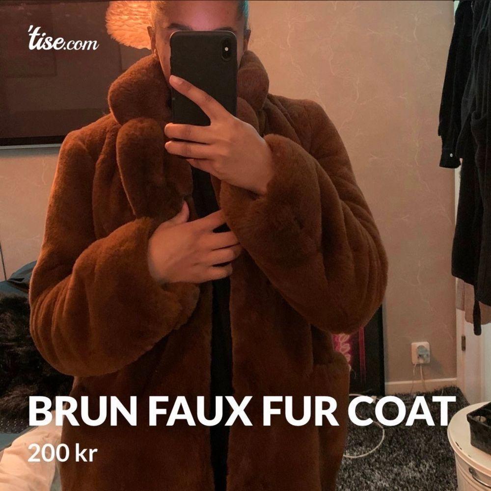Säljer en pälsjacka (fusk) från boohoo i strl 36. Jackor.