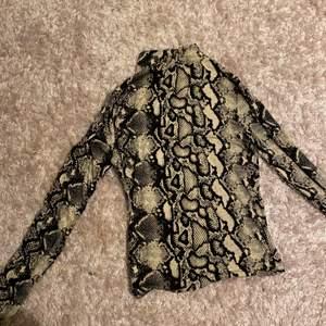 Det är här en orm tröja med en liten krage, den är perfekt för skola eller till något fint! Den säljs för jag använder inte den , den har används få tal gånger! Ifall ni vill se hur den ser ut på kolla privat! Pris 15 kr + frakt Tvättas såklart innan den fraktas!🐍