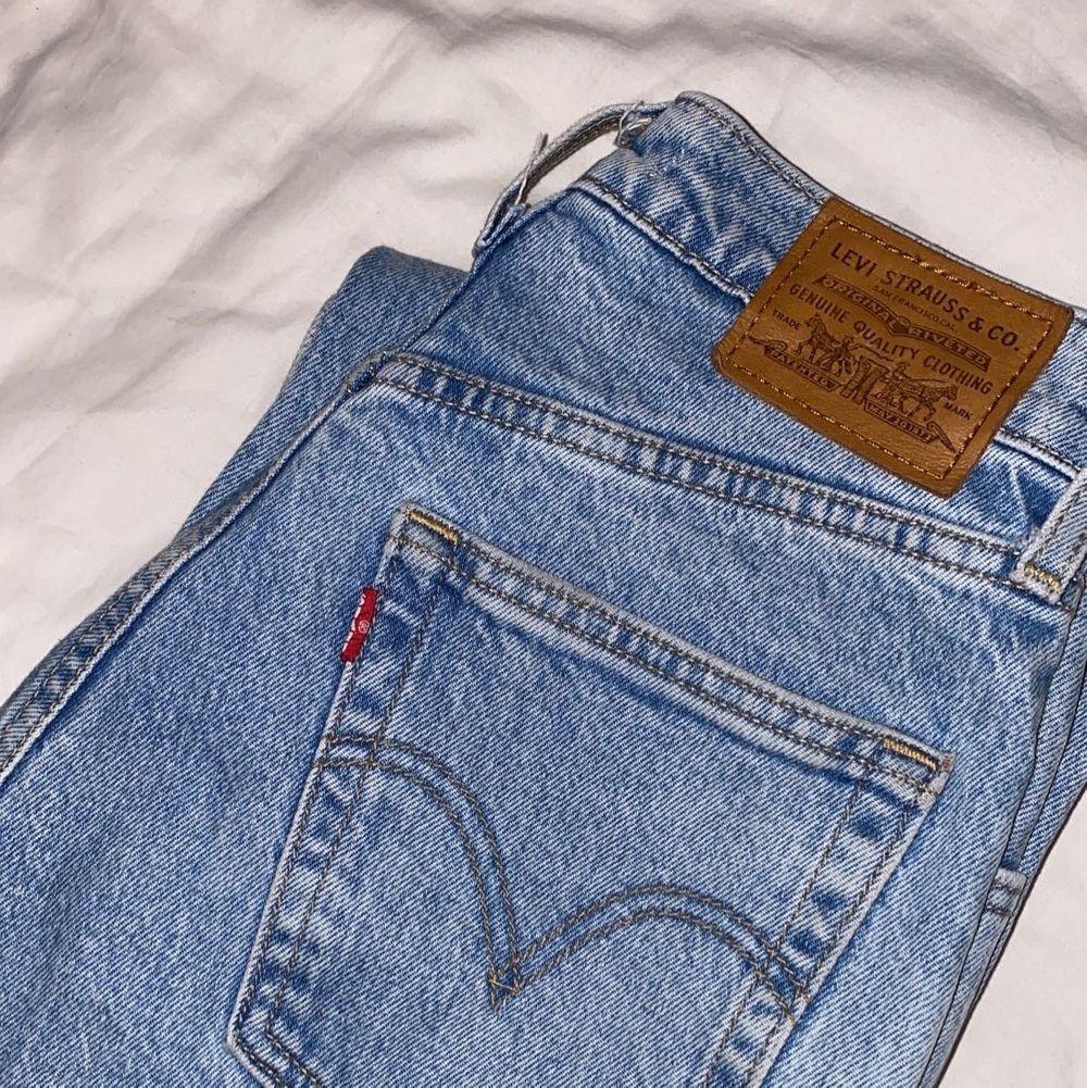 Säljer mina älskade Levis ribcage straight för att de tyvärr är förstora för mig :( de är i superfint skick! Storlek W25 L27, men har sprättat upp de nertill som ni ser på sista bilden. Tycker själv att det är en cool detalj men de blev också längre efter jag gjorde så. Så jag skulle säga att längden är 28/30 istället💞 . Jeans & Byxor.