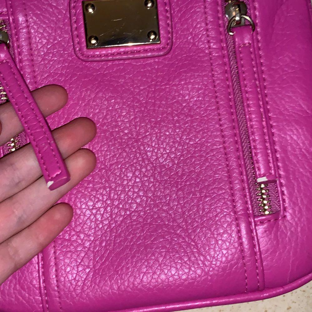 Säljer denna väska för använder den inte:/ Osäker över frakt påsen men vi diskuterar:). Väskor.