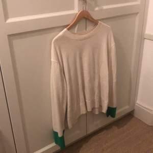 Beige isch tröja med gröna detaljer. Använd cirka 5 gånger. Large. Lite skrynklig på bilden.