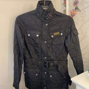 Min fina jacka som köptes i original butik, endast använd i några månader. Inga skador och djur och rökfritt hem!