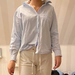 Ej strykt. Fin skjorta från Zara. Använd fåtal gånger. Fint skick. Är strl M men passar S. Om man vill ha den oversized kan den också passa XS och XXS.