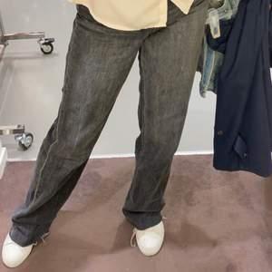 Straight jeans från zara. Snygg grå färg. Bra skick o säljs då jag inte har nån användning av dessa längre. Köparen står för frakten. Om fler är intresserade så blir det budgivning