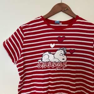 Gulligt nattlinne med Snoopy på!! Kan användas som t-shirtklänning också:)) skulle säga att den passar XS-S