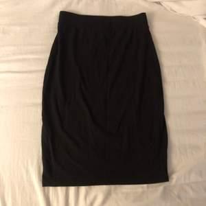 Svart Midi kjol, slutar vis knäna ungefär☺️ i storlek XS. Om ni har frågor eller vill se fler bilder är det bara att skriva💜💜