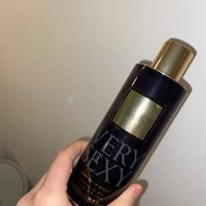 """Body mist från Victoria Secret i doften """"Very sexy night"""". Doftar såååå gott, en tyngre doft & som håller länge. Säljer då jag har parfymen. 250ml, använd några gånger och är nästan full! 100kr inklusive frakt."""
