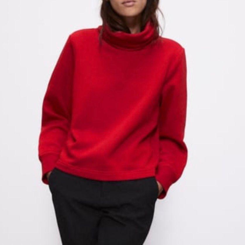 Röd polo tröja från zara. Bra skick och knappt använd. Köparen står för frakten . Tröjor & Koftor.