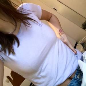 Skit söt t-shirt från sand. Den är ljuslila/lavender-färgad, syns bäst på sista bilden. Jag brukar vika upp den så att den sitter som en babytee. Väldigt bra skick. Köparen står för frakten