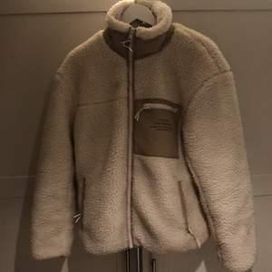 Säljer min Teddy-jacka som inte kommer till användning. Jättemysig, varm och sååå fin💕 ord pris. 685 kr💕 (fråga gärna om mer bilder!) BUD:280 + frakt, avslutas 23:00 17/1 OBS: direktköp- 370+ frakt!