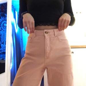 Ett par straight leg jeans i storlek S. Säljer dom då rosa inte är min färg och dom kommer inte till användning💎 köpte dom från kappahl på rea för 200 kr så säljer dom för 100 då dom inte använts så mycket❤️ pris kan alltid diskuteras🥰