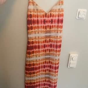 Super cool klänning jag köpte på zara förra året men som tyvärr inte kommit till andvändning :/ andvänd fåtal gånger och är i bra kvalite!