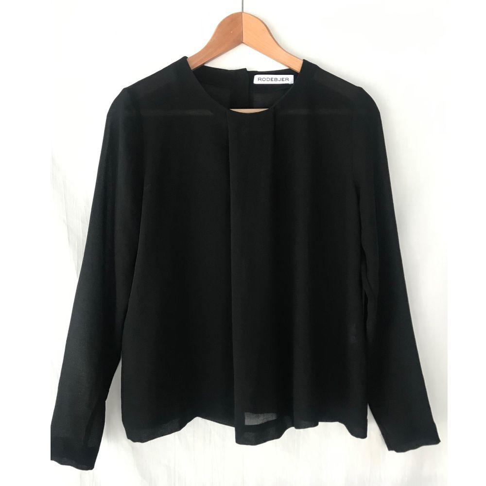 RODEBJER svart blus med fint tygvolym och knappar på ryggen. Storlek S. Nyskick. Material: Polyester . Blusar.