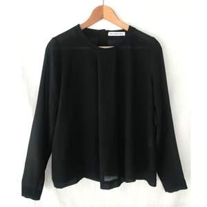 RODEBJER svart blus med fint tygvolym och knappar på ryggen. Storlek S. Nyskick. Material: Polyester