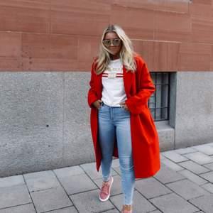 Super snygg röd kappa ifrån primark, exakt samma som den Hanna har på bilden!