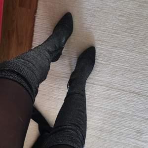 Skorna är helt oanvända, endast testade. Nypriset på skorna låg på 600/700 kronor. Super snygga, med glitter betoning i och grundfärg i svart. Skorna är köpta på Nelly.com frakten tillkommer om det behövs att skickas.