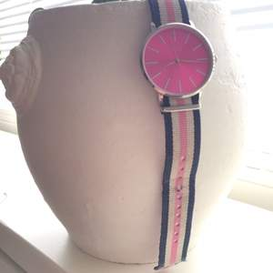 Klocka med rosa/blå/vit armband.  ( obs ) Måste bytas batteri ! Annars bara använd 4 dagar.