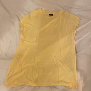 Gul söt t-shirt från Gina Tricot storlek ca. Fint skick, fraktar helst pga corona eller möts upp i Nacka!