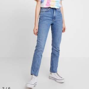 Köpta på weekday sommaren 2020, nypris: 500kr. Hade inte hunnit hajat jeansstorlekar än när jag köpte dessa hehe. (Jag är ca en stl 40 idag på byxor så de passar fortfarande men de sitter inte som jag föredrar). Dessa användes bara några enstaka gånger men vill gärna att de får mer användning av någon annan.🥰                              Frakt ingår i priset. 🤍